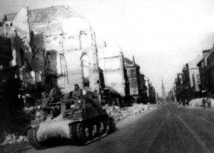 Un automoteur du 1/3 RAC traverse Karlsruhe (Allemagne) en ruines en mai 1945  Crédits photos : © musée de l'ordre de la Libération / DR