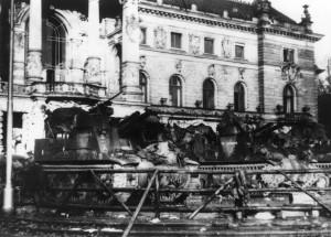Strasbourg, 23 novembre 1944, batterie du 1er groupe du 3e RAC devant le palais du Rhin © musée de l'ordre de la Libération / DR