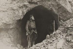 Verdun épisode 12-2 : Sentinelle franaise à l'entrée du fort de Souville, fonds Valois