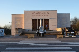 Verdun épisode 27-1 : L'entrée du Mémorial, © Droits réservés