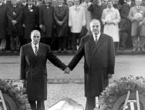 Verdun épisode 28-1 : François Mitterand et Helmut Kohl à Verdun, © Ullstein Bild \ Roger - Viollet