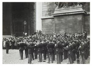 Près de l'arc de triomphe de l'Étoile © Paris, musée de l'Armée, dist. RMN-GP