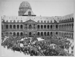 La cour d'honneur de l'Hôtel des Invalides le 14 juillet 1915 © Paris, musée de l'Armée, dist. RMN-GP