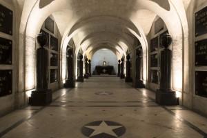 Vue d'ensemble du caveau des gouverneurs. La dépouille de Rouget de Lisle est située à l'entrée du caveau, à droite © Paris, musée de l'Armée, dist. RMN-GP