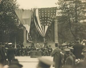 New York, en mai 1917 : inauguration d'un monument à la mémoire de La Fayette en présence de Joffre et Viviani. © Paris musée de l'Armée, dist. RMN-GP Émilie Cambier