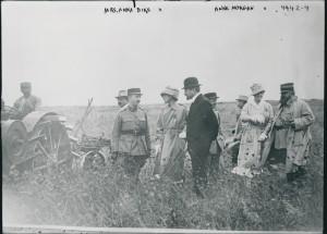 Anna Dike, Fernand David et Anne Morgan accompagnés de militaires français. © Washington, Library of Congress
