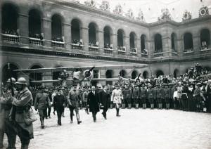 Cérémonie dans la cour d'honneur de l'Hôtel des Invalides, le 4 juillet 1917. © Paris musée de l'Armée, dist. RMN-GP image musée de l'Armée