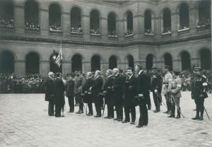 Remise de drapeaux dans la cour d'honneur. © Paris musée de l'Armée, dist. RMN-GP