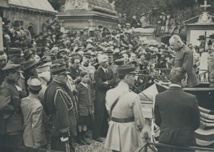 Charles E. Stanton addresses the crowd in front of Lafayette's grave in the Picpus Cemetery, July 1917. © BDIC